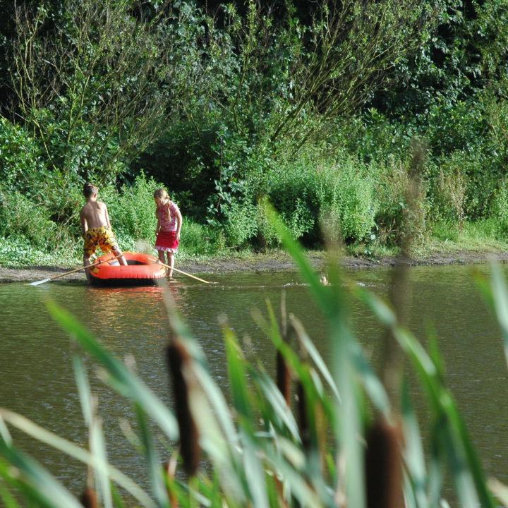 Speelplezier op het landgoed met een bootje het water op