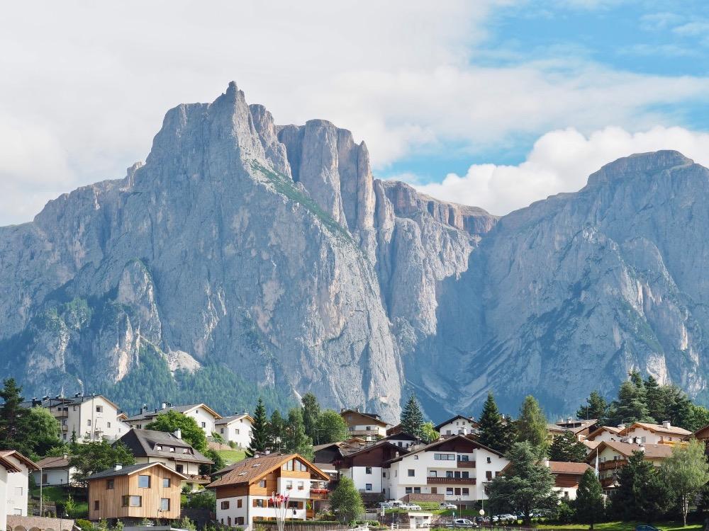 Vakantiedorp in de Italiaanse Alpen, met ruige bergen op de achtergrond