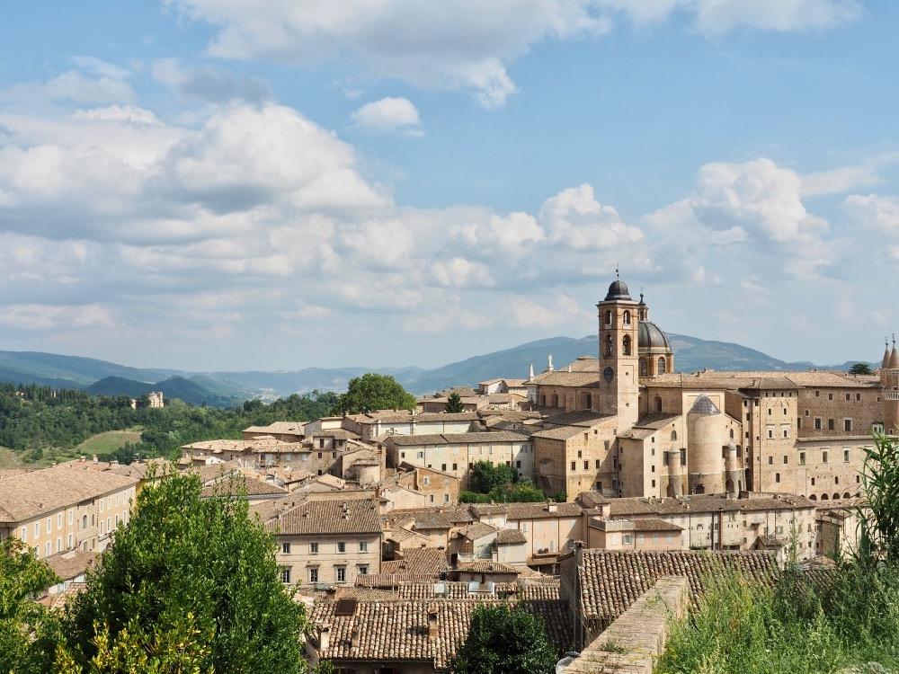 De historische stad Urbino op een heuvel