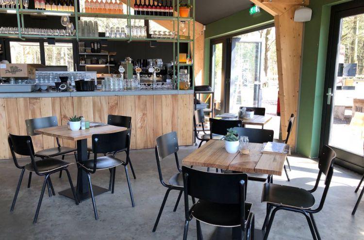 Tafels en stoelen in restaurant Buiten in de Kuil