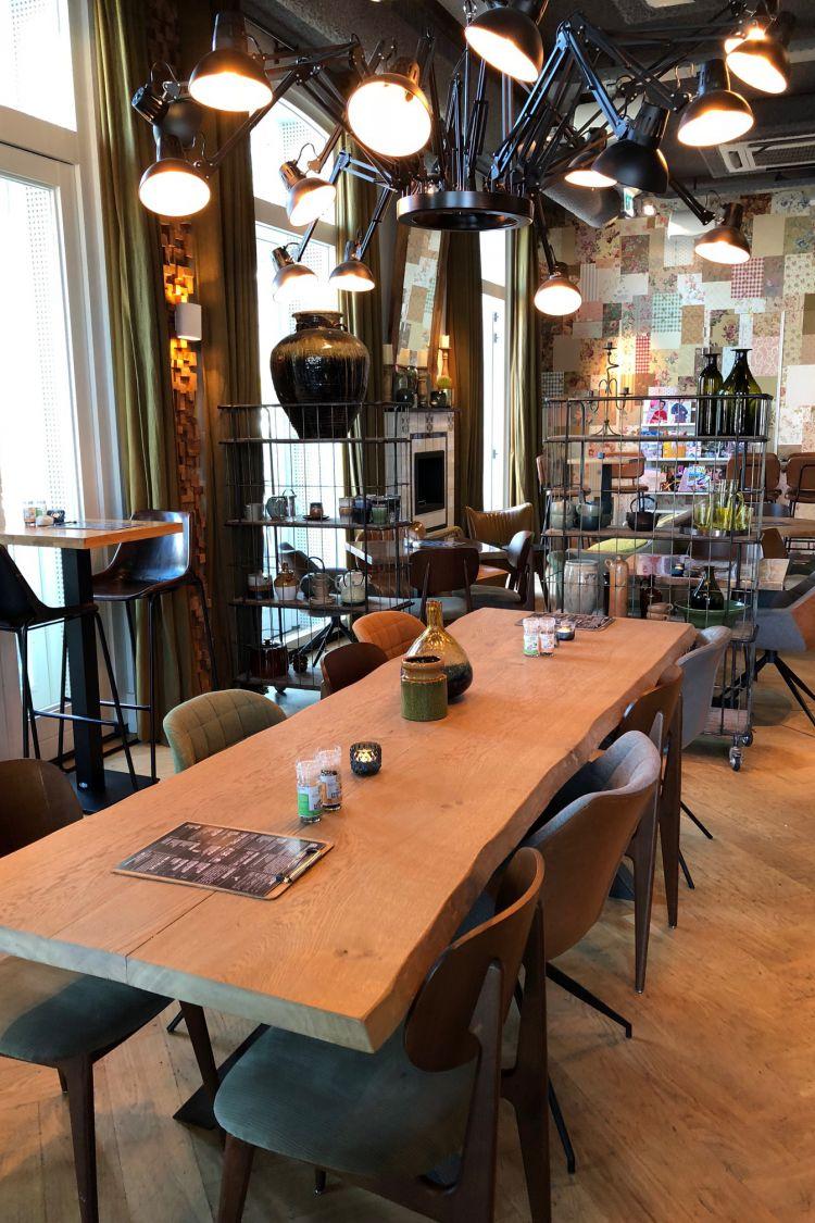 Grote tafel in restaurant in Soest