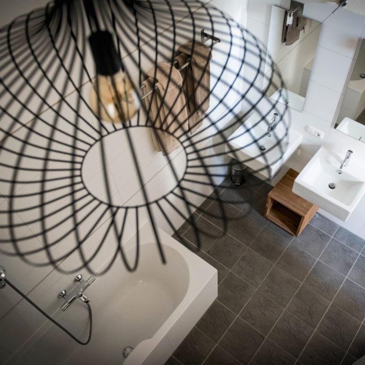 Lamp boven het bad in de B&B kamer