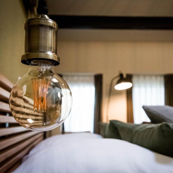 Lamp naast het bed in de B&B