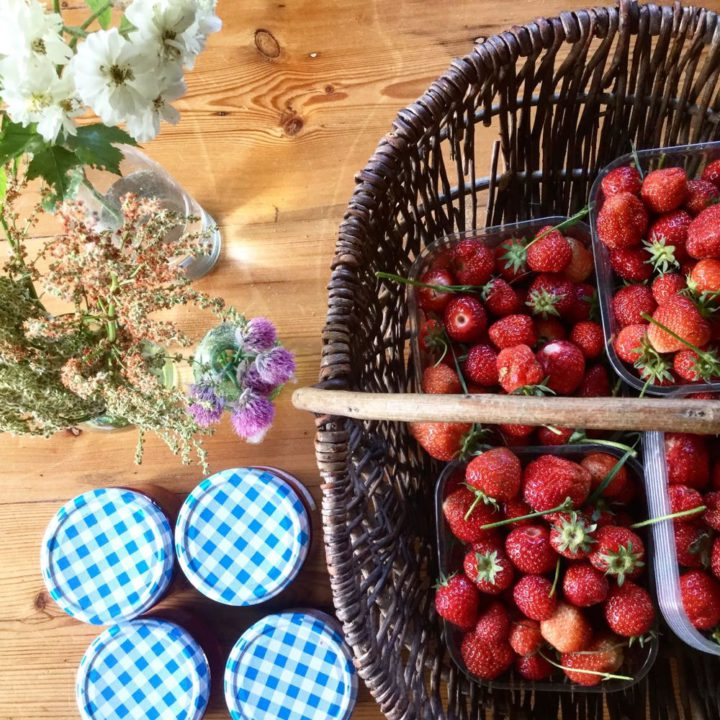 Aardbeien in een mand voor de jam