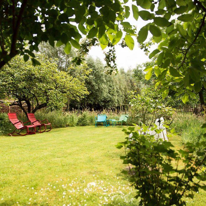 Zitjes in de tuin bij B&B de Weide Wereld