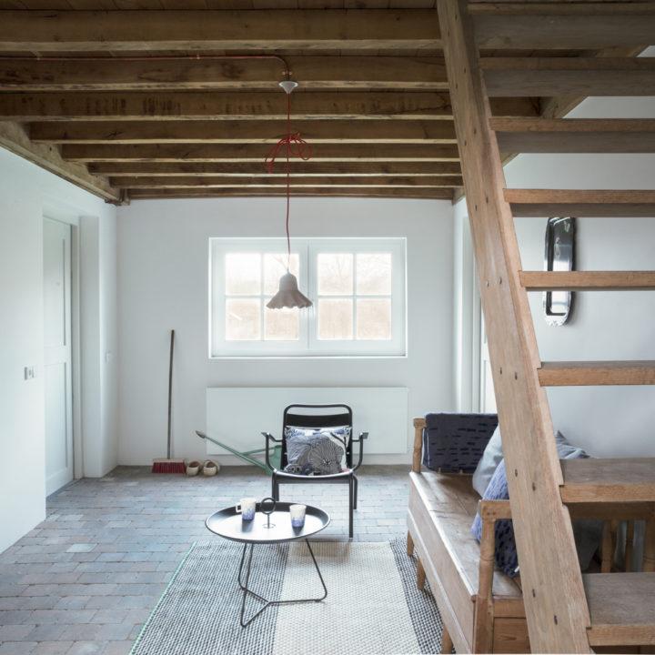 Woonkamer met basic chic interieur