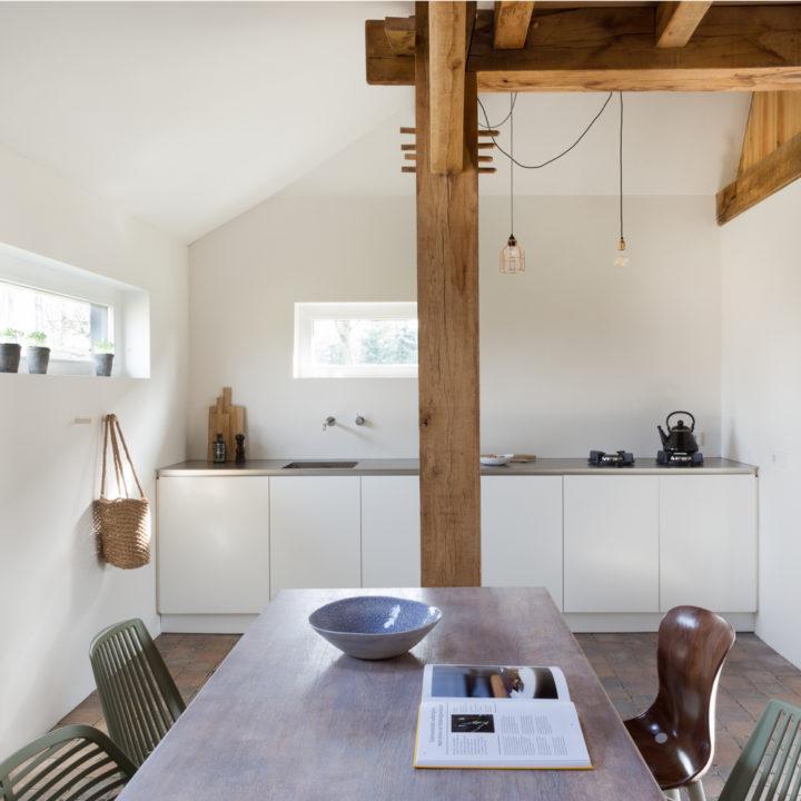 Eetkamer met moderne keuken