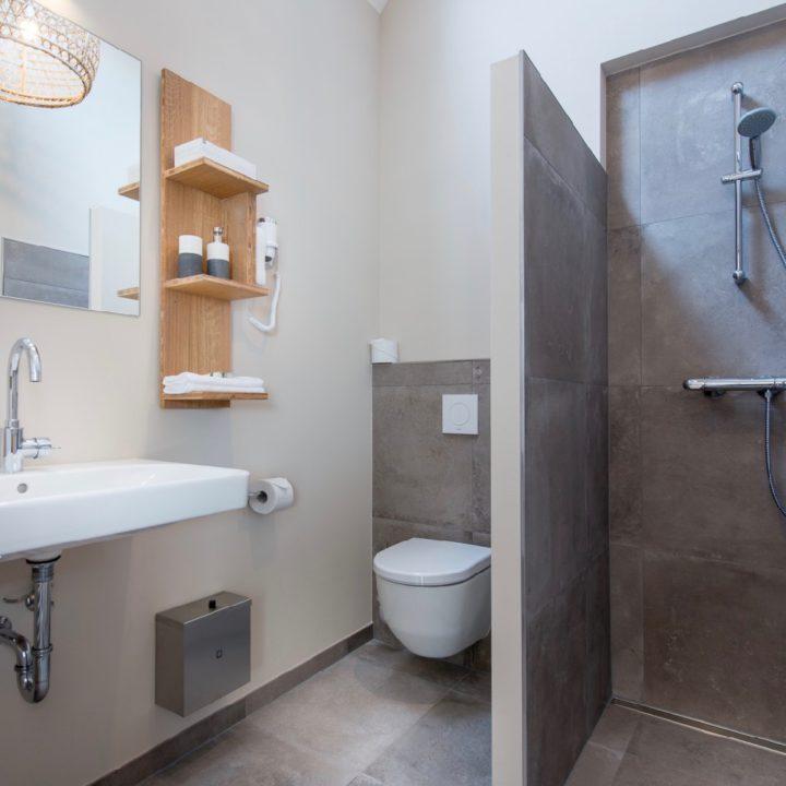 Badkamer met inloopdouche bij Leut Vlieland