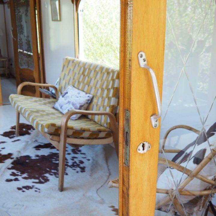 Vintage bankje in de woonwagen