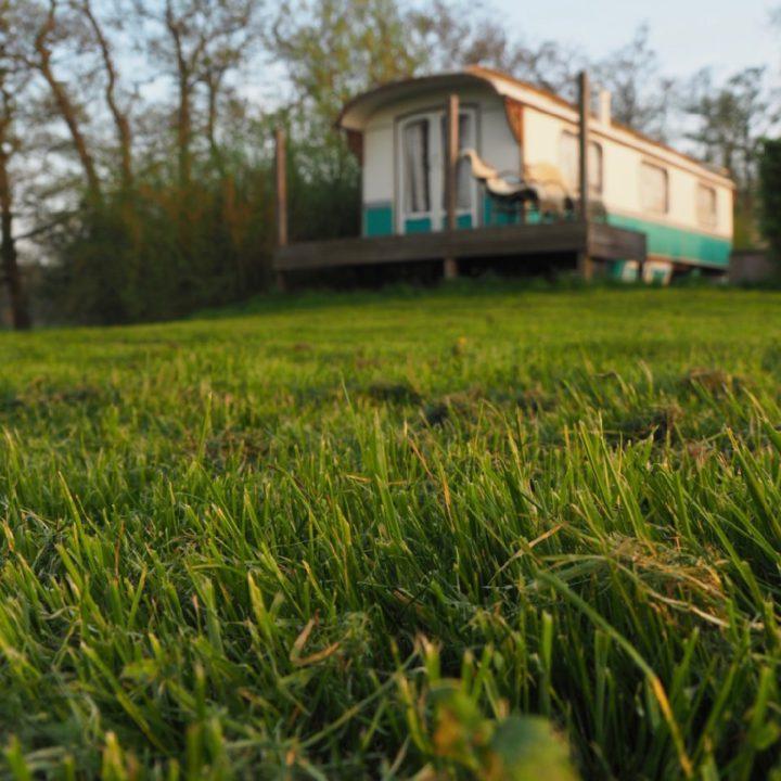 Authentieke woonwagen in het ochtendlicht