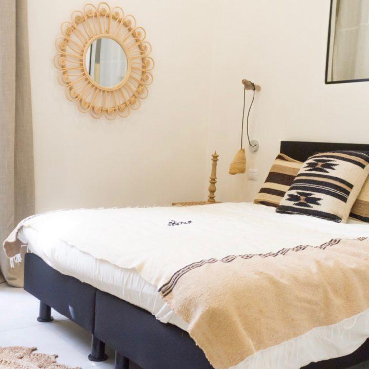 Rijk opgemaakt bed in de B&B