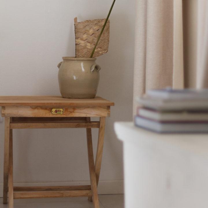 Houten tafeltje met vaas