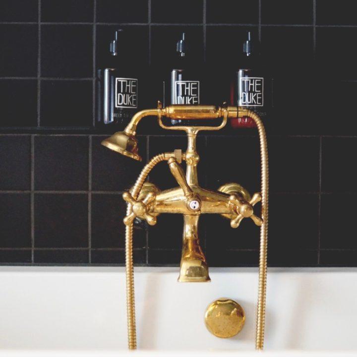 Gouden kranen bij het bad en badproducten