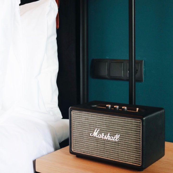 Radio naast het hotelbed