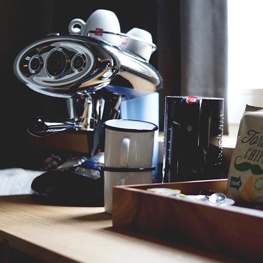 Koffiezetapparaat met mokken