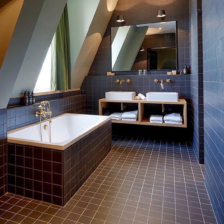Badkamer met ligbad en dubbele wastafels