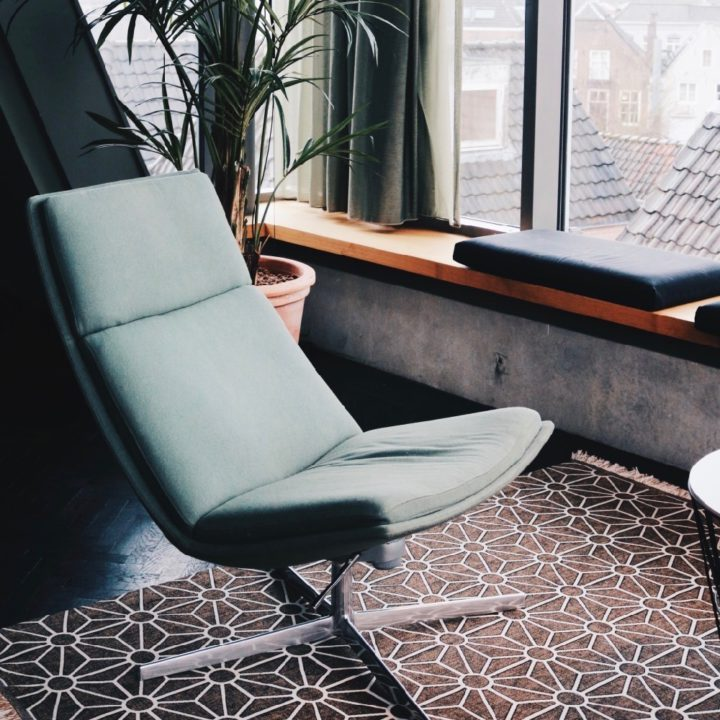 Fauteuil voor het raam in de suite in het boutique hotel