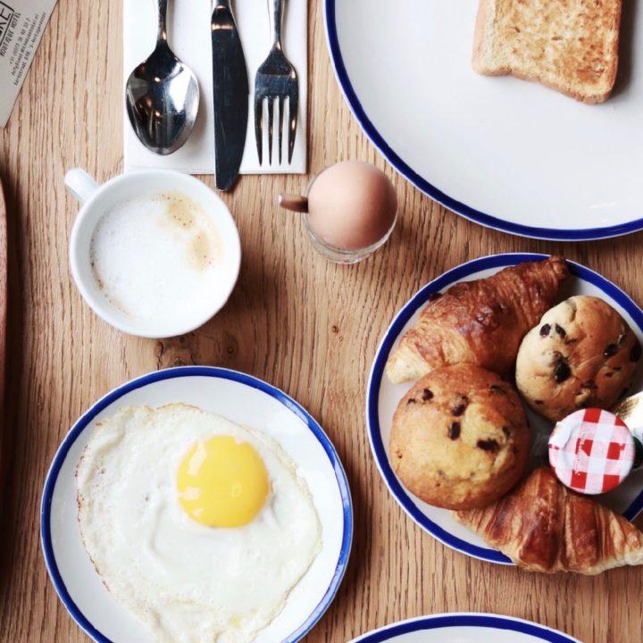 Ontbijt met spiegelei, gekookt ei en muffins