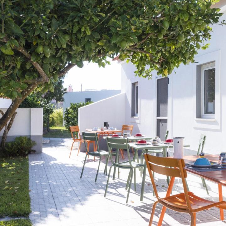 Zonnig terras met gedekte tafels