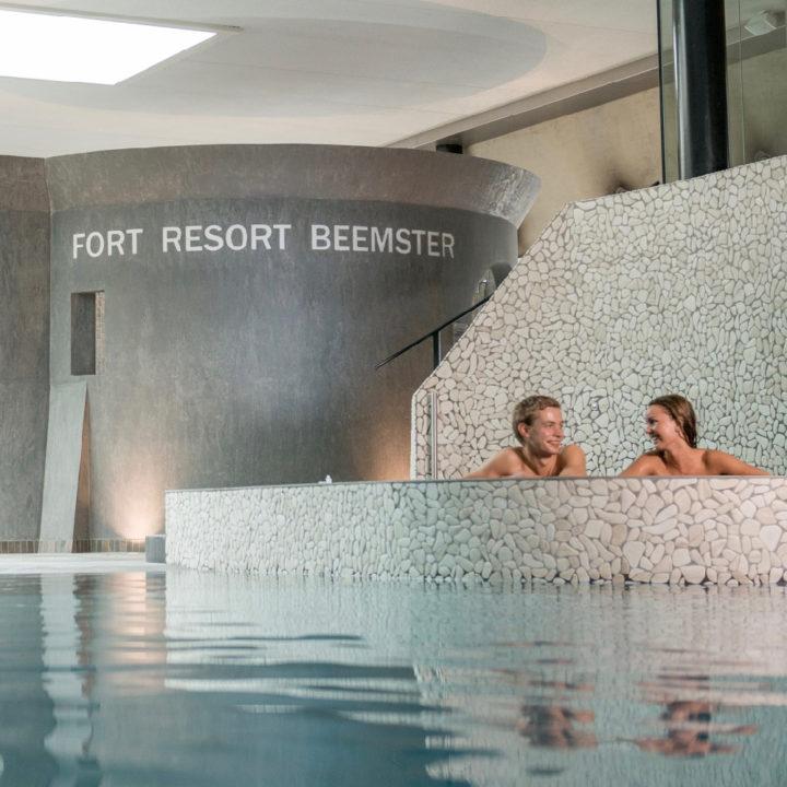 Een stel geniet in een van de baden bij Fort Resort Beemster
