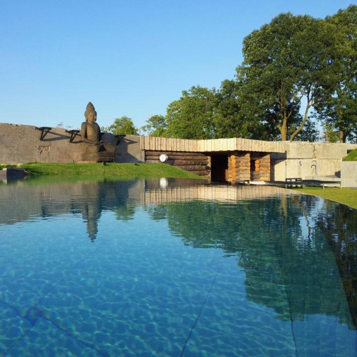 Een buiten zwembad bij een fort