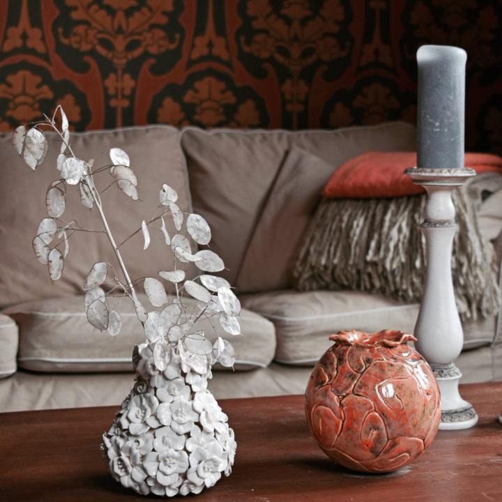 Nep plantjes op een houten tafel in Villa Voorenburg