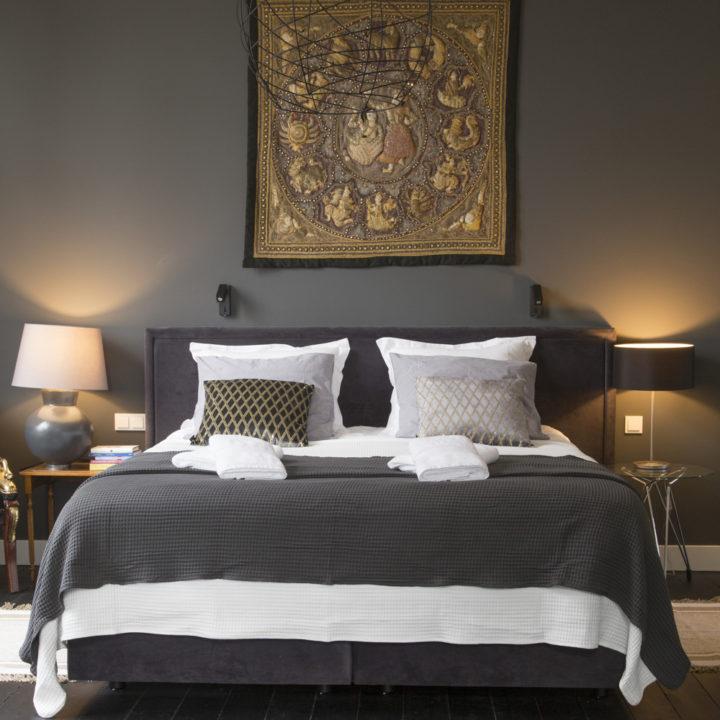 Opgemaakt bed in de suite Pinot Noir vanaf het voeteneinde