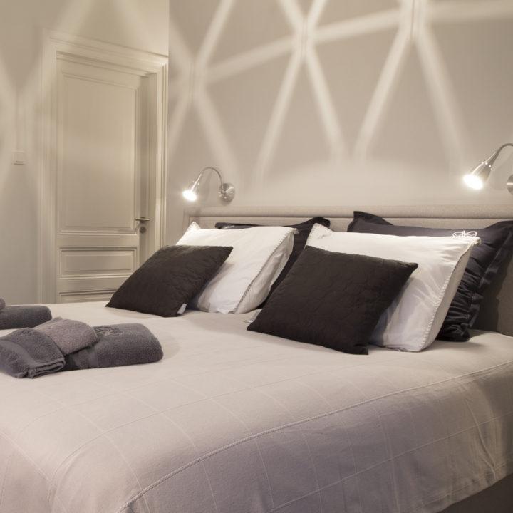 De Chardonnay kamer met een ruiten patroon van licht