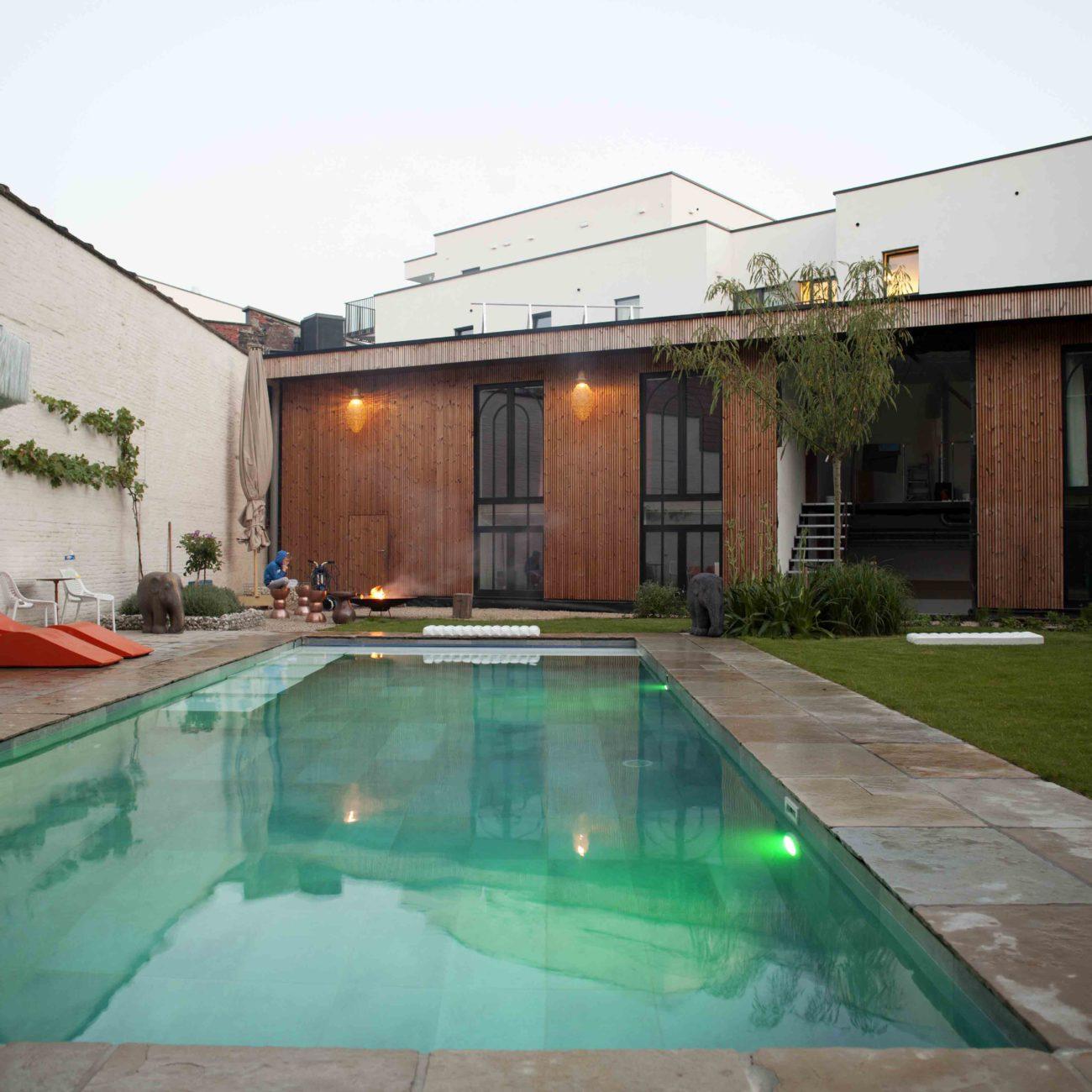 Zwembad in de binnentuin van B&B Koto