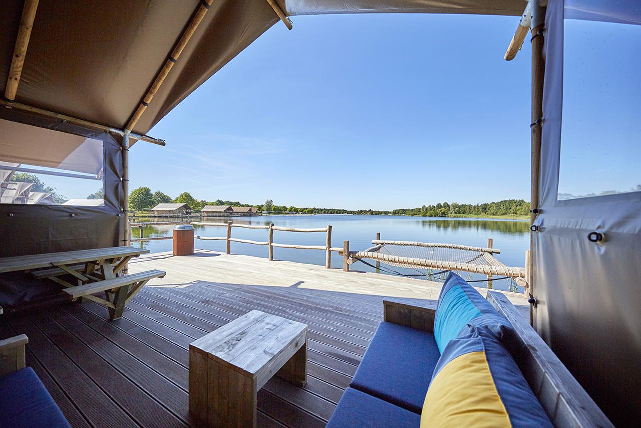 Luxe safaritenten boven het water, op palen. Voor een heerlijke vakantie aan het water.