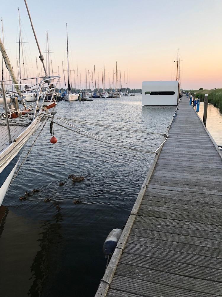 Een drijvend vakantiehuis in de haven van Andijk