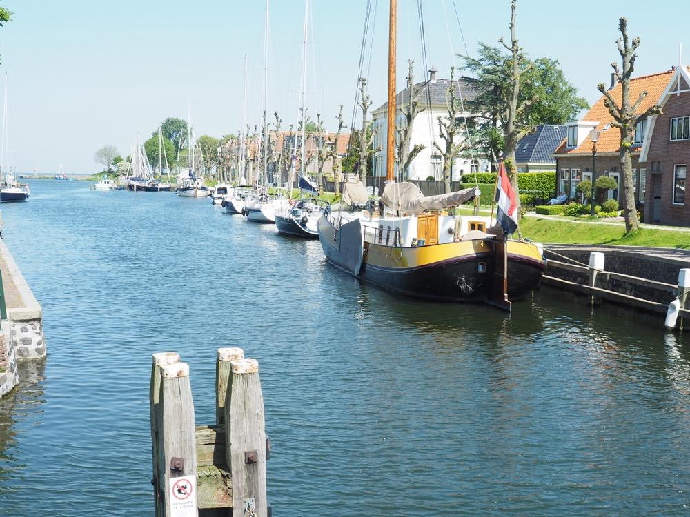 Bootjes liggen aan de haven boven Amsterdam