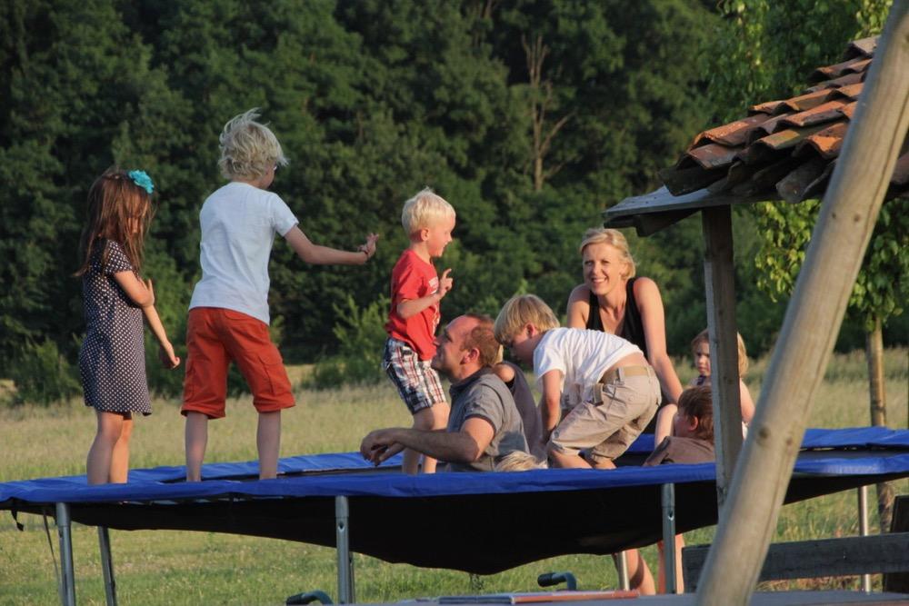 Kinderen op een trampoline, bij een van de kindvriendelijke vakantieadressen in Europa.