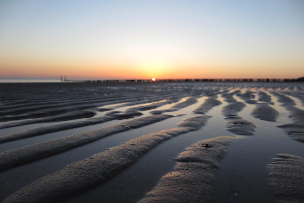 Strand van Zeeland bij zonsondergang