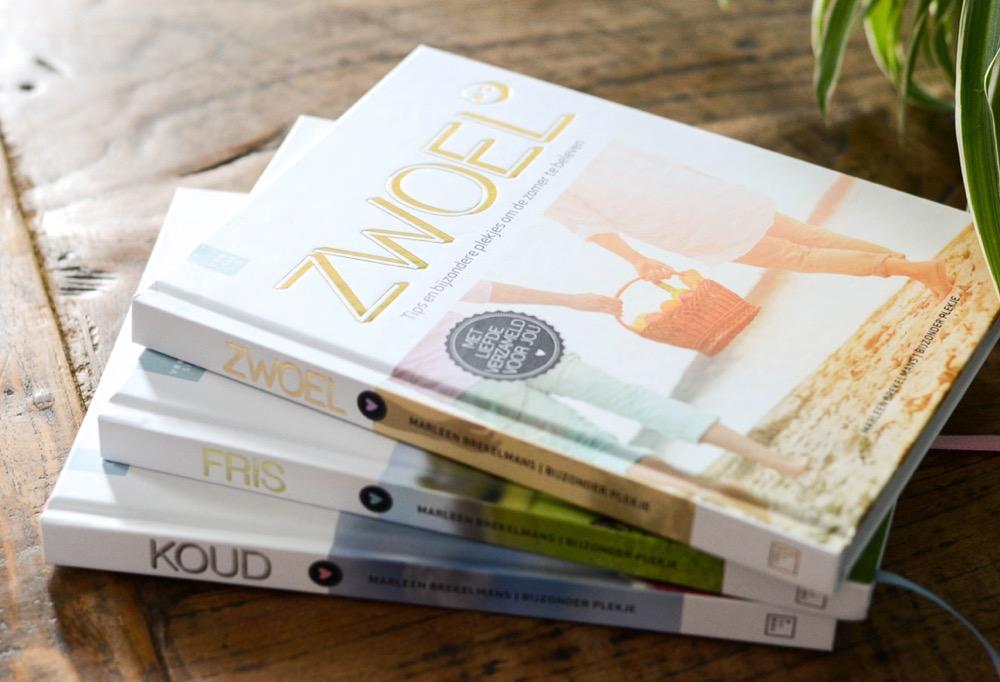 De bijzonder plekje boeken Koud, Fris en Zwoel op een stapel op tafel