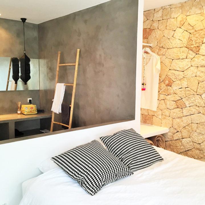 Slaapkamer met open badkamer van vakantiehuis op Ibiza
