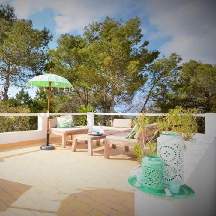 Dakterras met loungehoek van vakantiehuis op Ibiza