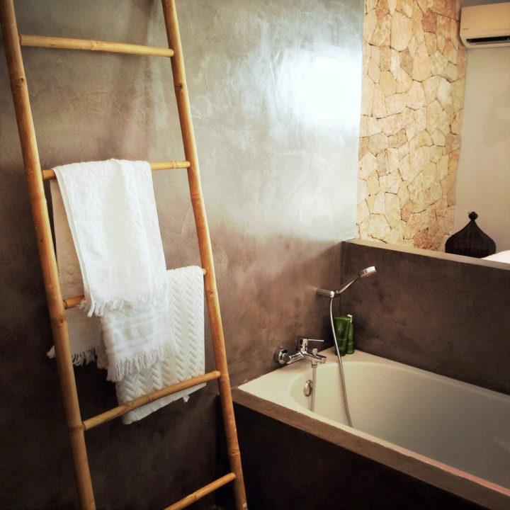 Badkamer met bad in vakantiehuis op Ibiza