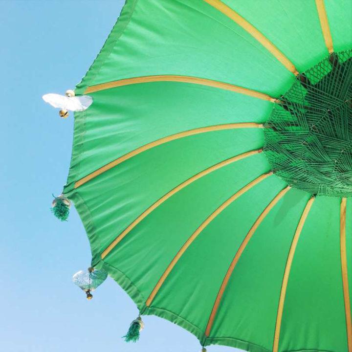 Groene parasol bij vakantiehuis op Ibiza