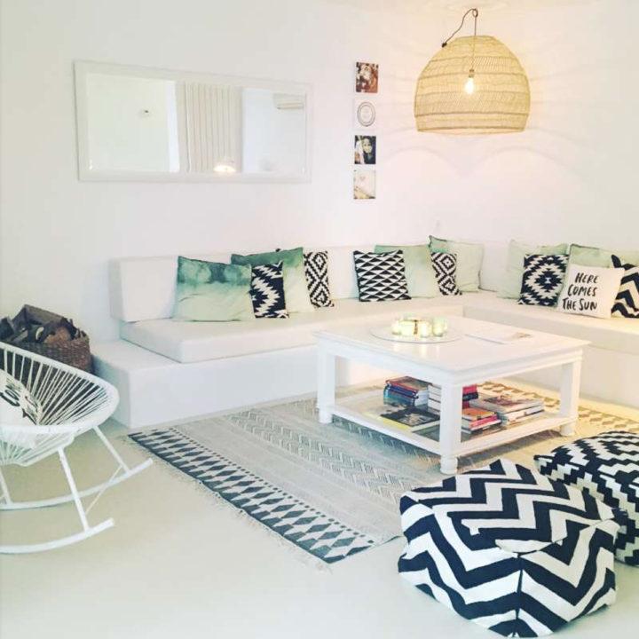 Woonkamer met loungehoek vakantiehuis op Ibiza