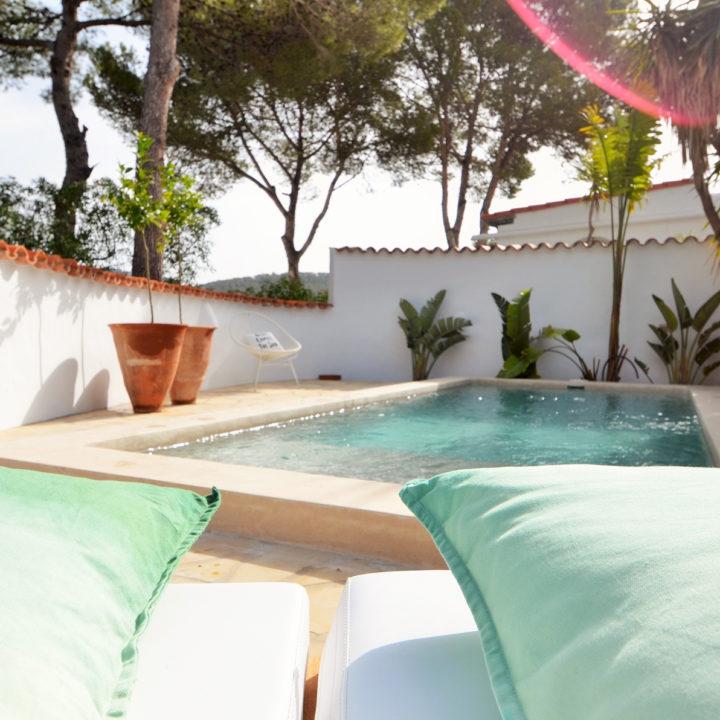 Zwembad bij vakantiehuis op Ibiza