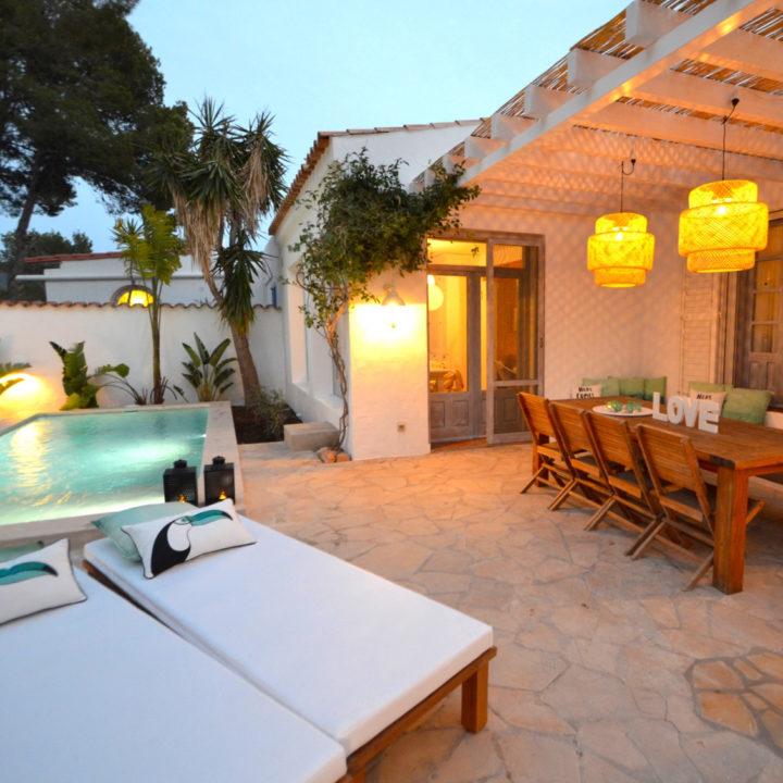 Overdekt terras bij het zwembad bij vakantiehuis op Ibiza