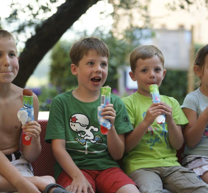 Kinderen op een rijtje met een ijsje in de hand