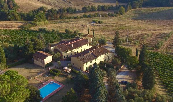 Luchtfoto van Piazza Pinokkio, vakantieadres met zwembad in de heuvels