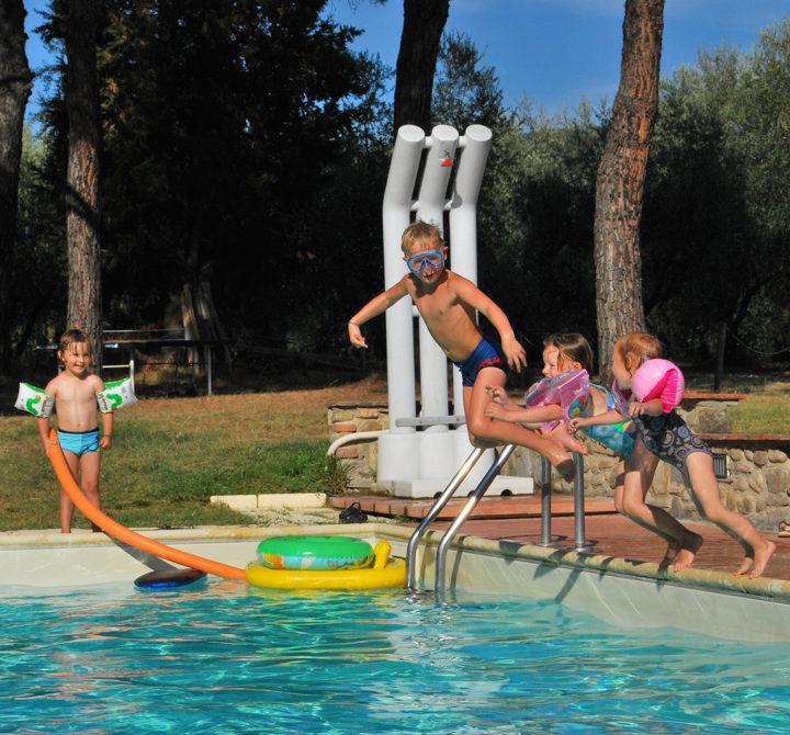 Kinderen springen in het zwembad