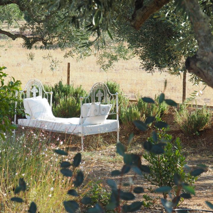 Relaxen in de tuin op een spijlenbed