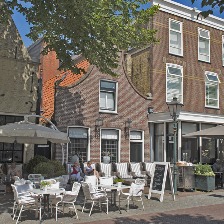 Badhotel Bruin, prominent in de Dorpsstraat.