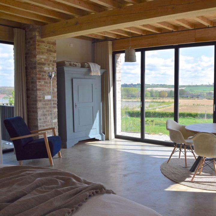 Kamer Atelier heeft een heel groot raam met uitzicht over de wijnvelden