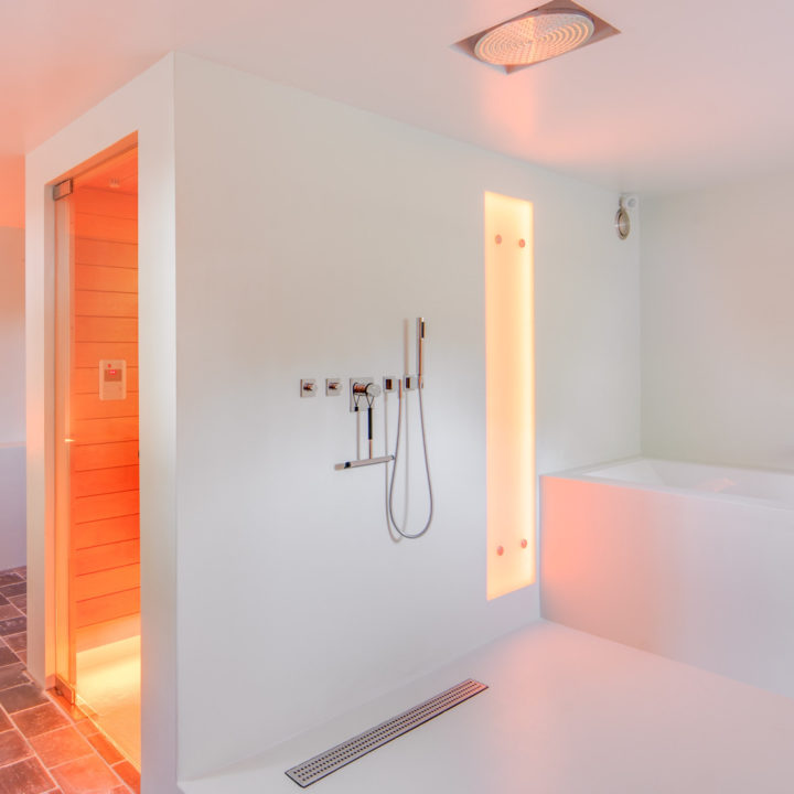 Luxe badkamer met ligbad en sauna bij Groot Okhorst