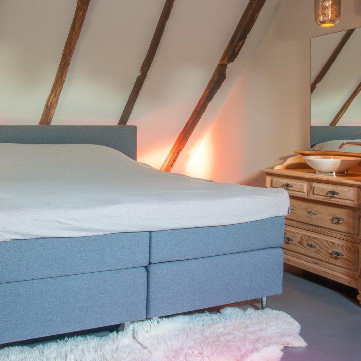 Er zijn in totaal 3 slaapkamers bij vakantiehuis Groot Okhorst